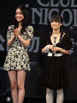 舞台あいさつに登壇した、かでなれおん(左)と泉カイ(右)