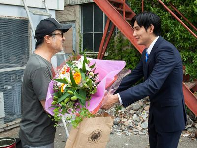 松尾スズキ監督から花束を贈呈される松田龍平