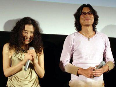 本物の恋人同士に見える寺島しのぶと豊川悦司