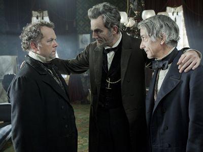 あの手この手で部下たちを叱咤(しった)激励し、一つに束ねていくリンカーンの策略家としての一面にも圧倒されること必至