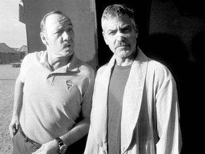 ジョージ・クルーニー&ケヴィン・スペイシー-ジェフ・ブリッジスが映画『ヤギと男と男と壁と』の撮影現場で撮影した写真より