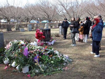 ホイットニーさんのお墓にはたくさんの花束が(右側の黒い墓石はホイットニーさんの父親ジョン・ラッセル・ヒューストン・Jrさんの墓)