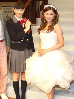 岡本杏理(左)と石川梨華(右)