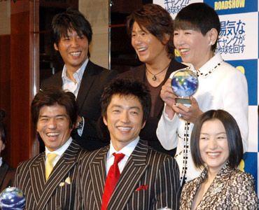劇中の衣裳で登場したキャストたち(前列左から)佐藤浩市、大沢たかお、鈴木京香。主題歌を担当した(後列左から)Skoop On Somebody、和田アキ子。