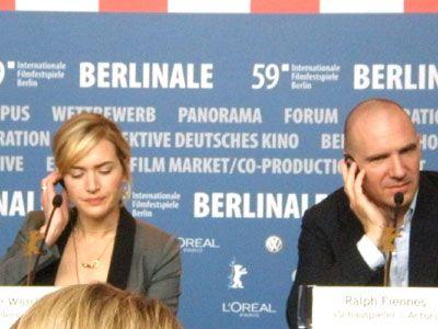 記者会見に臨むケイト・ウィンスレット(左)とレイフ・ファインズ(右)