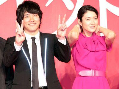 交際は事実か?……松山ケンイチ(左)と小雪