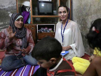 イラクの家庭を訪問中のアンジェリーナ・ジョリー(右端)
