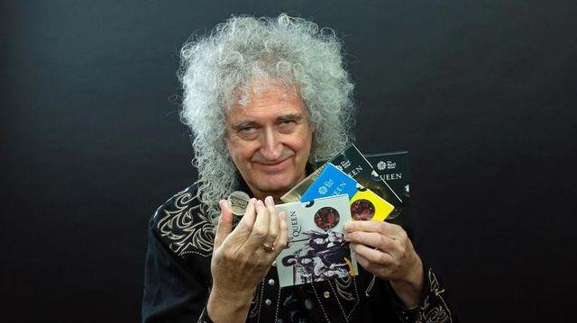 英王立造幣局は、国内の伝説的ミュージシャンの功績をたたえる記念硬貨シリーズ第1弾としてロックバンド「クイーン」のコインを発行した。硬貨を持ちポーズをとるブライアン・メイ。撮影日不明。写真は17日にロイターに提供