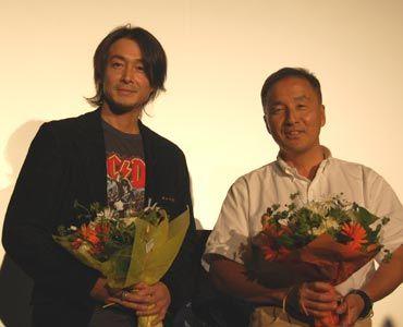 花束を渡された吉田栄作と小西浩文