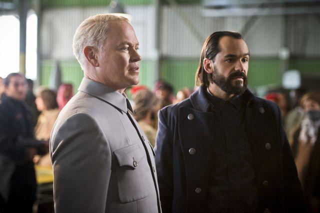 写真はニール・マクドノー演じるダミアン・ダーク(左) - 「レジェンド・オブ・トゥモロー」シーズン1より