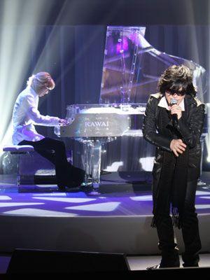 X JAPANのYOSHIKI(後方でピアノ演奏)とTOSHI(前方で熱唱)がサプライズで登場!