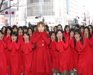 """渋谷の町で絶叫中の若槻千夏と""""赤い服の女""""たち。"""
