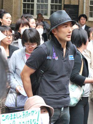 文科省前でデモを行う山本太郎