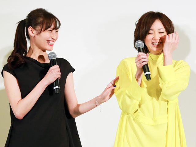 高岡早紀(右)のジョークに驚いた大政絢(左)