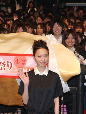 当麻のコスプレをしたファンをバックに-戸田恵梨香