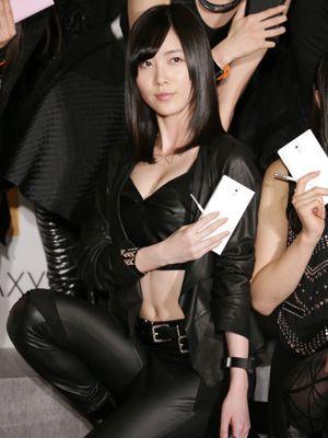 胸元強調のセクシー衣装を披露した松井珠理奈