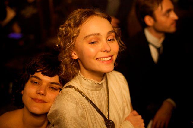ソコ(左)とリリー(右)『ザ・ダンサー』より