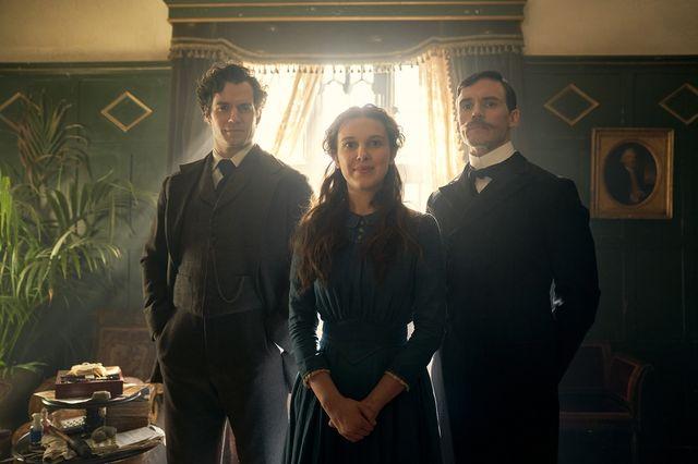 シャーロック・ホームズ(ヘンリー・カヴィル)、エノーラ(ミリー・ボビー・ブラウン)、マイクロフト(サム・クラフリン)