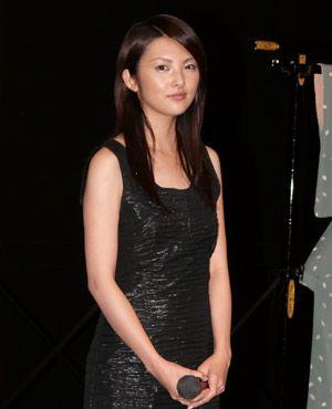 ブラックのドレスがキマる大人の女性、田中麗奈