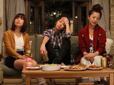 悩める乙女たちは、毎晩女子会中!(左から)AKB48の大島優子が演じる真子、香里奈演じる恵美、吉高由里子演じる咲