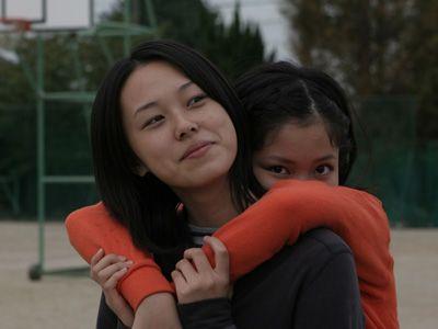 撮影当時、高校1年生だった寿美菜子(右は共演の大島正華)