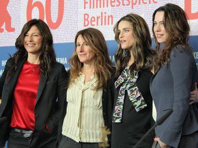 写真は左から、キャサリン・キーナー、ニコール・ホロフセナー、アマンダ・ピート、レベッカ・ホール