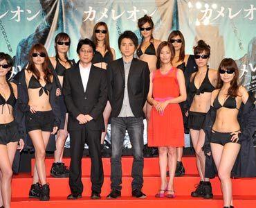 ハードな衣装のモデルたちに囲まれて(写真左から:阪本監督、藤原竜也、水川あさみ)