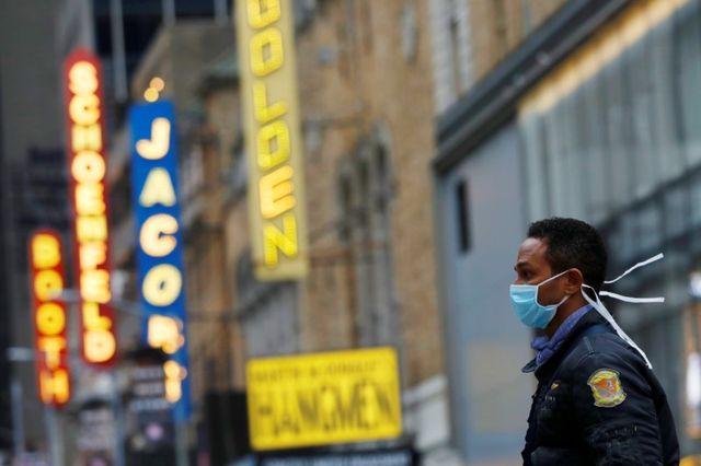 米演劇界で最高の栄誉とされるトニー賞の授賞式が無期限に延期されることが、25日決まった。写真はニューヨークの劇場街ブロードウェーをマスク姿で歩く男性。12日撮影