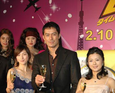 シャンパンを持ってバブリーに微笑む出演者たち。(写真左から)広末涼子、阿部寛、薬師丸ひろ子。