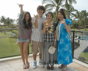 アロハ~!(写真左から:長谷川潤、岡田将生、倍賞千恵子、松坂慶子)