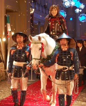 白馬に乗る和央ようか