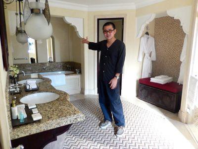 「自分の部屋の3倍もある」と浴室を披露する松林要樹監督