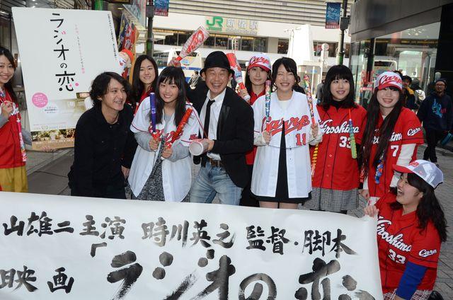 カープ女子と共に劇場前で撮影を行った横山雄二(中央)ら