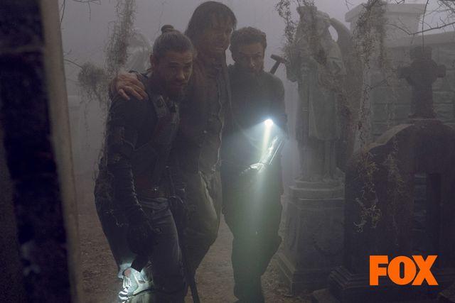 ユージーンを助けるアーロンとジーザス