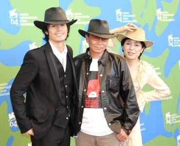 主演の伊藤英明、ヨーロッパで大人気の三池監督(中央)右桃井かおり