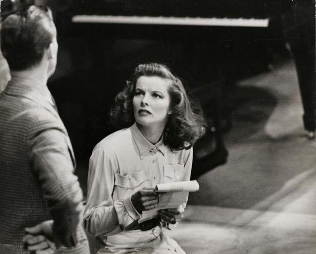 米女優キャサリン・ヘプバーンが実業家ハワード・ヒューズに書いた数十通のラブレターが今月、初めてオークションにかけられる。映画撮影中の1939年の提供写真。