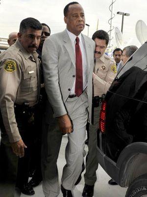 8日、罪状認否手続を行うためコートハウス空港に到着したコンラッド・マーレイ医師