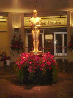 本番を待つコダックシアターのオスカー像