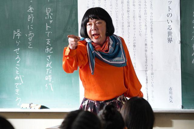 レトロなファッションも話題の原田先生(古田新太)