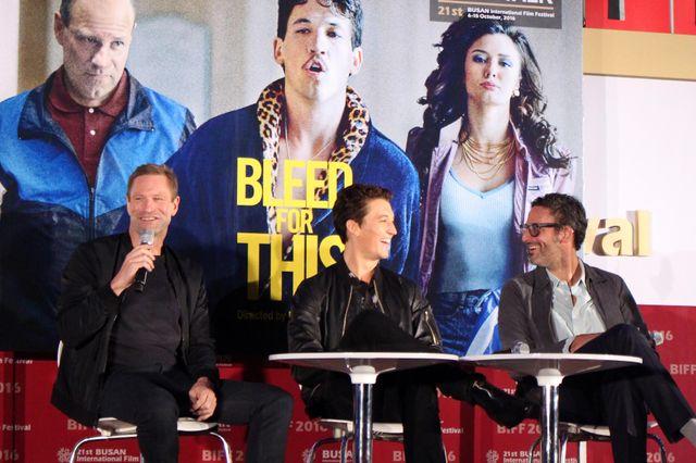 地元ファンから歓迎を受けたマイルズ・テラー(中央)、アーロン・エッカート(左)、ベン・ヤンガー監督