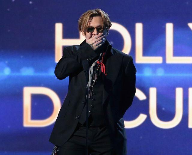 泥酔状態のジョニー・デップも、放送禁止用語にしまったの表情 - 第18回ハリウッド・フィルム・アワードの授賞式にて