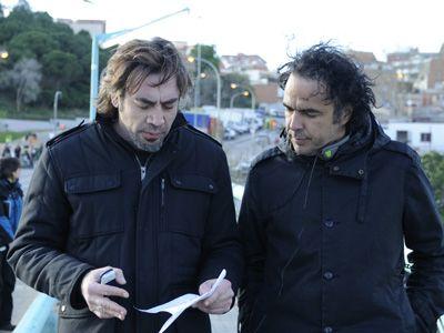 真剣な面持ちで語り合うハビエル・バルデムとイニャリトゥ監督(左より)