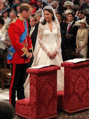 大司教の前で結婚の誓いをたてるキャサリンさんとウィリアム王子