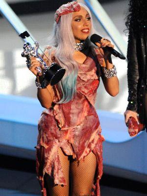 ガガのスタイリング……大変そうです…… - 生肉のドレスを身にまとうレディー・ガガ