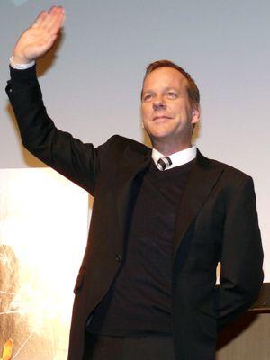 ようこそ、日本へ! ファンに手を振るキーファー・サザーランド。気になる映画化の話も!
