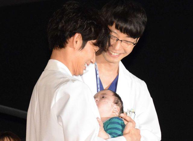 綾野&星野、赤ちゃんを発見してこの笑顔~
