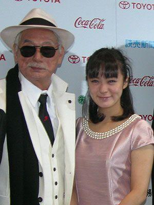 白いスーツに白い帽子で決めるダンディーな宍戸錠、74歳