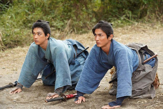 「青天を衝け」初回より。渋沢栄一(吉沢亮)と従兄・渋沢喜作(高良健吾)