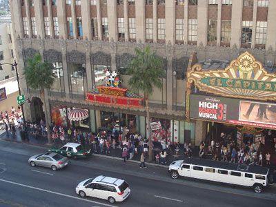 『ハイスクール・ミュージカル3』の初日、劇場に長蛇の列!
