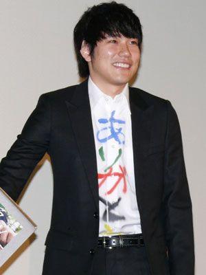 着ているシャツでも観客へメッセージを送った松山ケンイチ